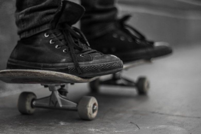 scarpe nere e skate