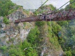 Bungee jumping saltando da un ponte