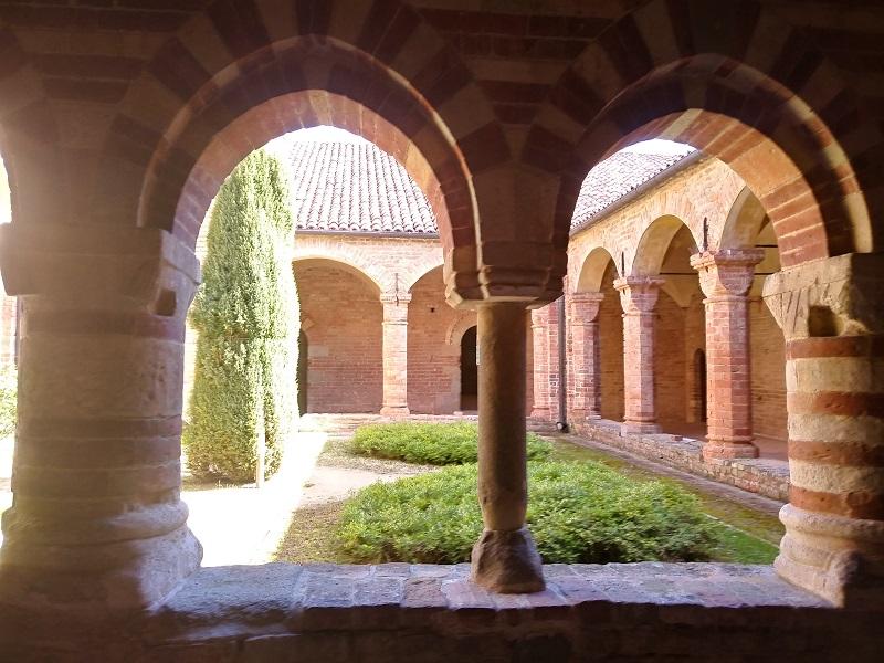 chiostro dell'abbazia di Vezzolano